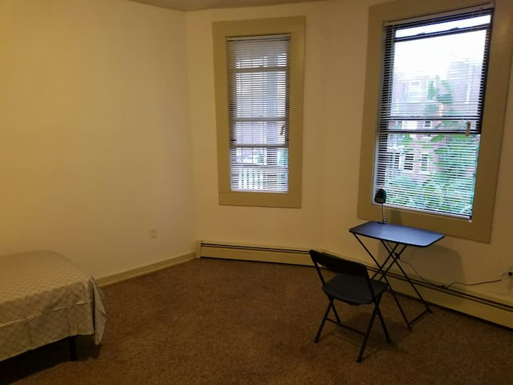Private room minutes from Downtown Hartford_.