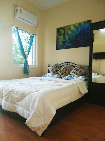 Budget Positive Vibes - 1 Ac Bed Room + Balcony
