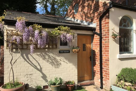 Cosy studio cottage in East Cheshire - Poynton - House