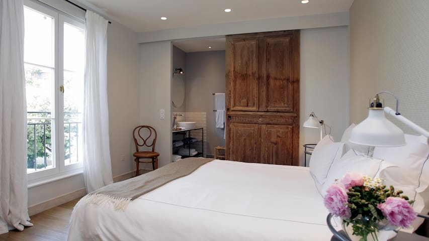 Chambre Grise with ensuite bathroom.© antibes-rental.com