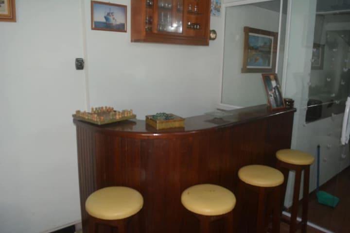 Bar, terceiro andar.