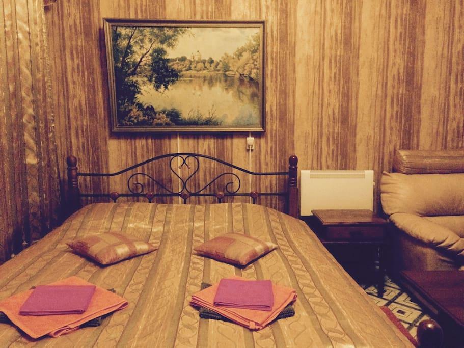 Спальня №1 с большой двуспальной кроватью (180*200), ЖК-Телевизором с интерактивным телевидением, персональным компьютером и собственной ванной комнатой.