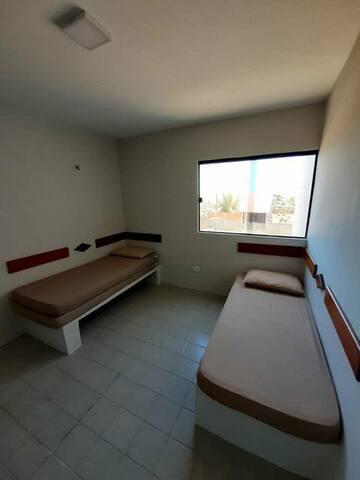 Quarto 1 -  2 camas se solteiro e 1 colchão de chão