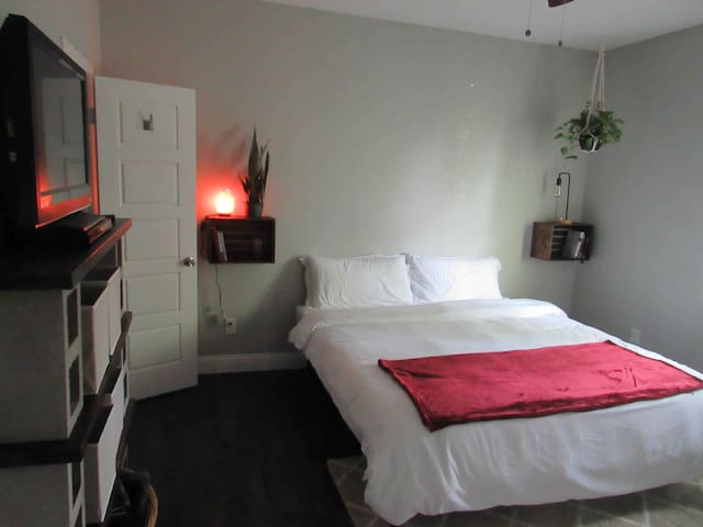 Historic Southside King Bed- 10min from Stockyards