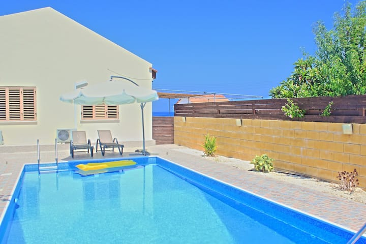 Villa Majestic; Beach front, lovely pool, garden