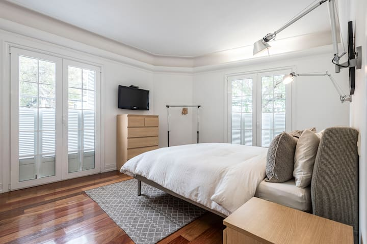 Main room with queen bed / Cuarto principal con cama queen
