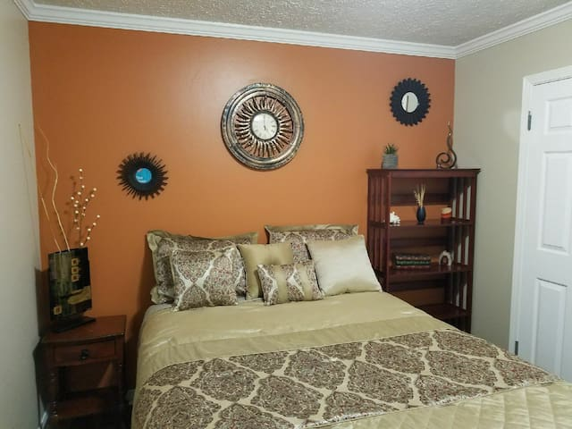 COZY ROOM ONLY 10 MINS FROM BEACHES #1