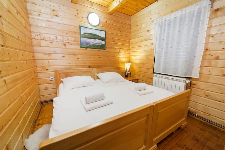 Gacka - Comfy Two Bedroom Cottage with Balcony
