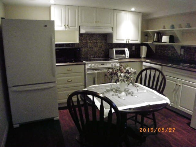 Private one bedroom apartment in family home - Guelph - Lejlighed