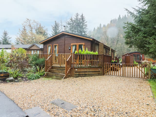 PINE TREE LODGE, pet friendly, with open fire in Dollar, Ref 967770