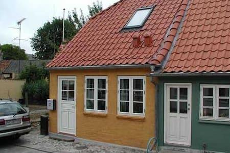 Byhus i attraktivt bymiljø - Rudkøbing - 連棟房屋