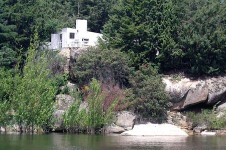 Casita moderna a orillas del Pantano del Burguillo