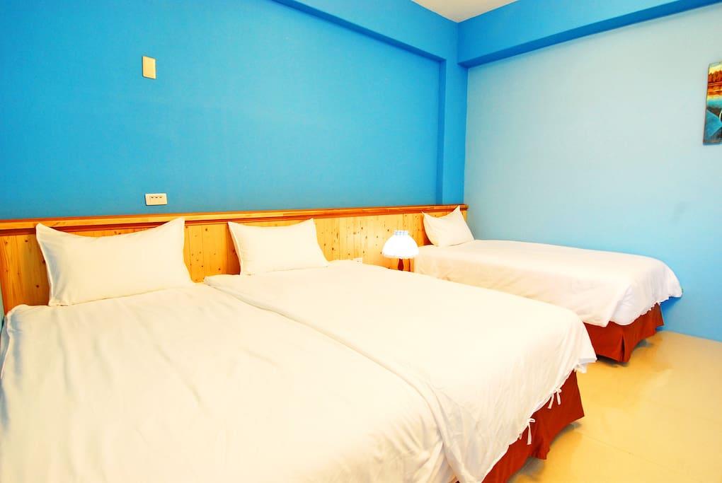 客房設施:雙人加大獨立筒床墊1張,標準單人獨立筒床墊1張,分離式冷氣,43吋液晶電視,wifi無線上網