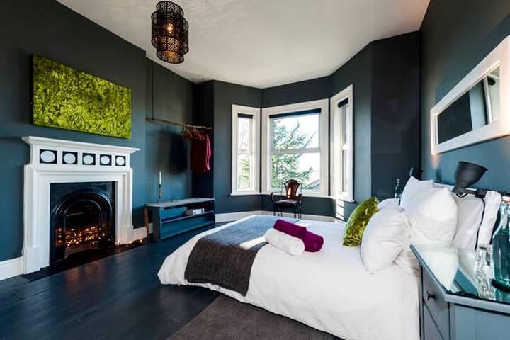 Stylish Bedroom & Large Private Bathroom