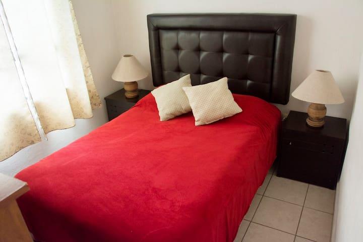 Cómoda habitación por Zona piel,Poliforum,Outlets