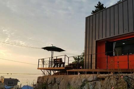 바다가 보이는 언덕 위의 예쁜 집