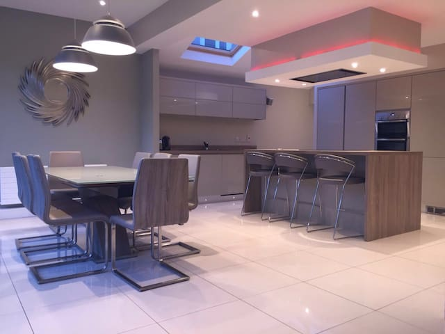 Modern Seaside Family Home - Malahide - Ev