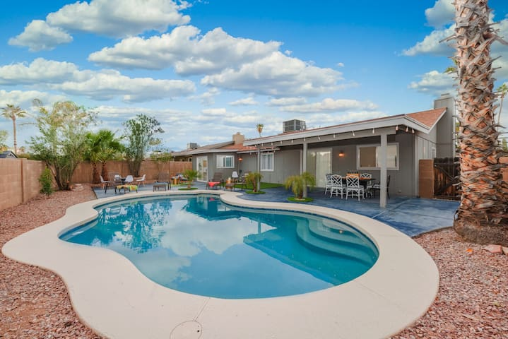 TROPICAL OASIS!-BRAND NEW EVERYTHING, PRIVATE POOL