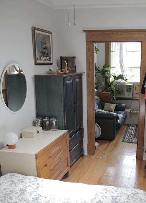 Chambre à coucher connecté au salon. / Bedroom connected to the living room.
