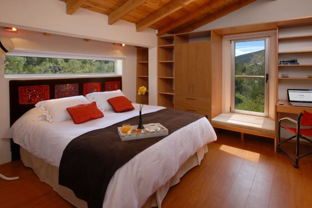 habitacion principal con vistas a la montaña.