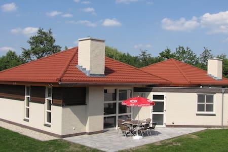Luxe bungalow op kleinschalig park aan meertje - Oostrum