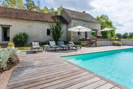 Cozy Holiday Home in Yèvre-la-Villa with Pool