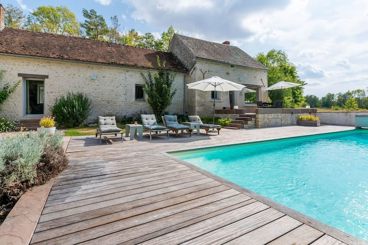 Cozy Holiday Home in Yèvre-la-Villa with Pool