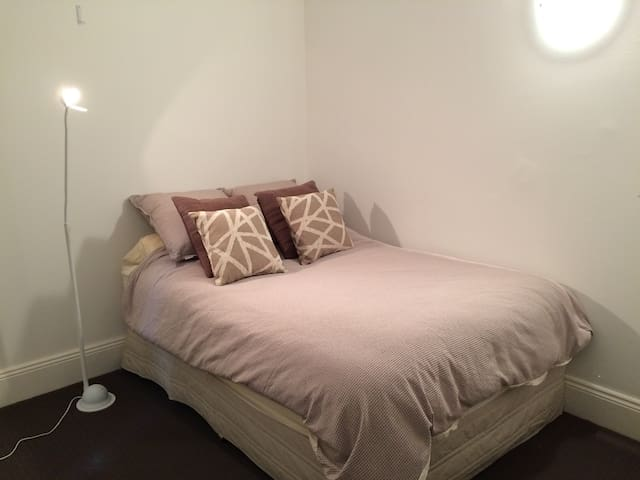 Private bed & bathroom 20 minutes from the City - Leichhardt