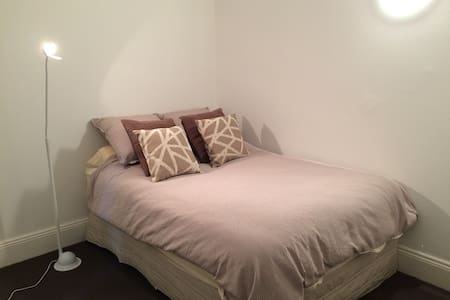 Private bed & bathroom 20 minutes from the City - Leichhardt - Σπίτι