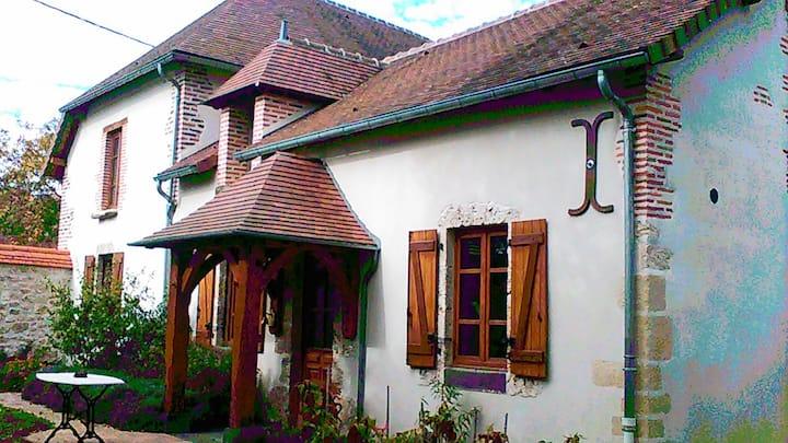 """La maison de """" FLO"""" avec un bel espace de verdure"""