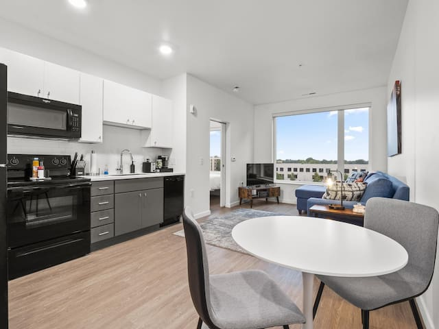 *Modern Condo with Gym & Free Parking*  616
