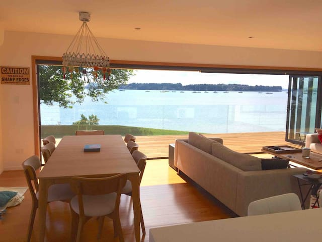 STUNNING WATERFRONT HOME IN PICTURESQUE OMOKOROA