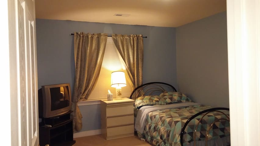 Private large room on 2nd floor - Henrico - House