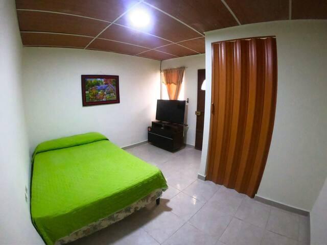 El cuarto es recien remodelado,espacioso, tiene baño privado y sí desea trabajar desde el alojamiento hay espacio suficiente y el internet es de 30 megas y raramente falla.