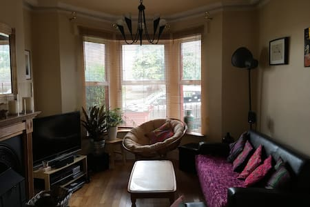 Cosy home ten mins from city centre - House