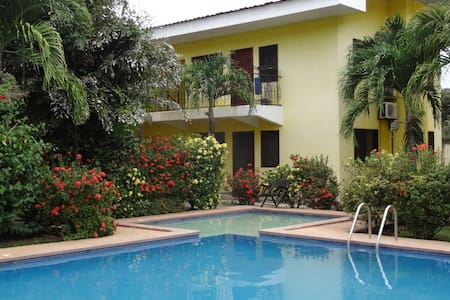 Nice room w/priv. bathroom, pool, 1mn main street - Coco - Departamento