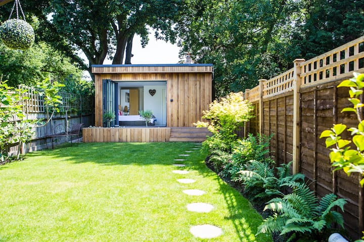 A cabin retreat in Kingston upon Thames - London