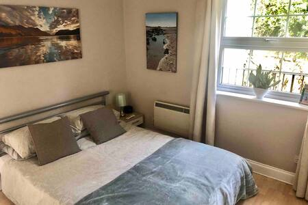 Cosy en-suite room with parking in St Helier.