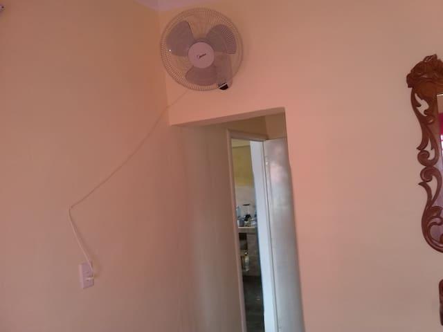 Habitación independiente con con 2 camas cameras, aire acondicionado y ventilador, baño privado