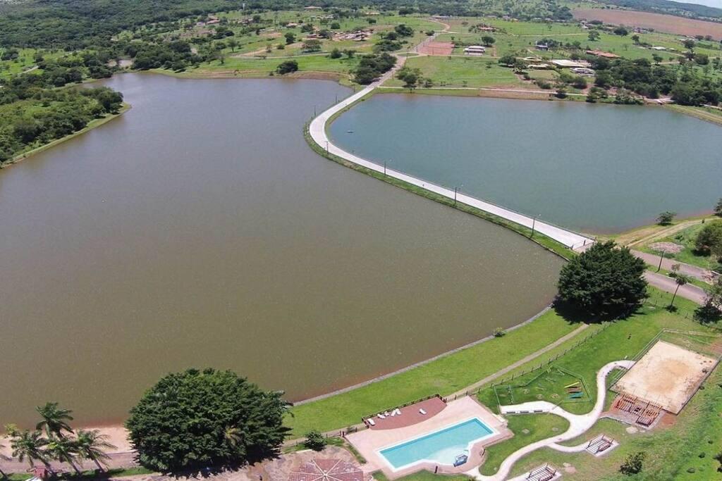 Lago do condomínio.