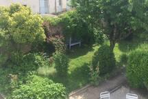 Vue sur le jardin à l'avant de la maison depuis votre chambre