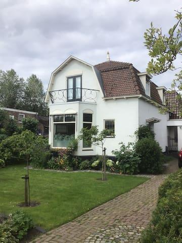 """Vrijstaand woonhuis op 15"""" van Amsterdam-Centrum"""