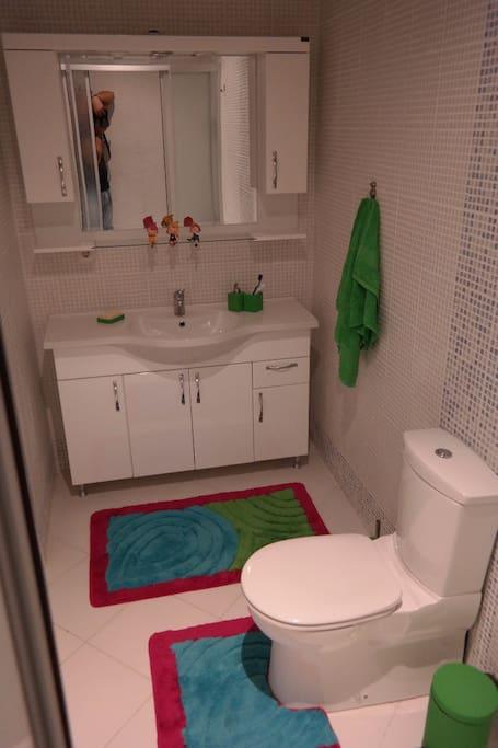 Çift kişilik yatak odasına ait banyo, tuvalet