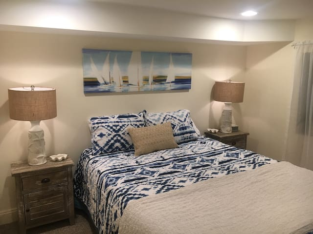 Queen size bed. Are you ready for some deep sleep? Sound machine on the nightstand. You will be able to select soothing sounds like; rain, thunderstorm, babbling brook or my favorite... ocean waves!