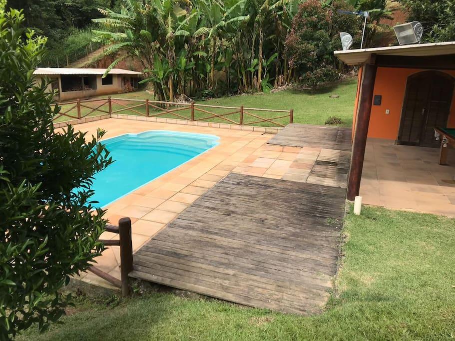 Deck da piscina para relaxar.