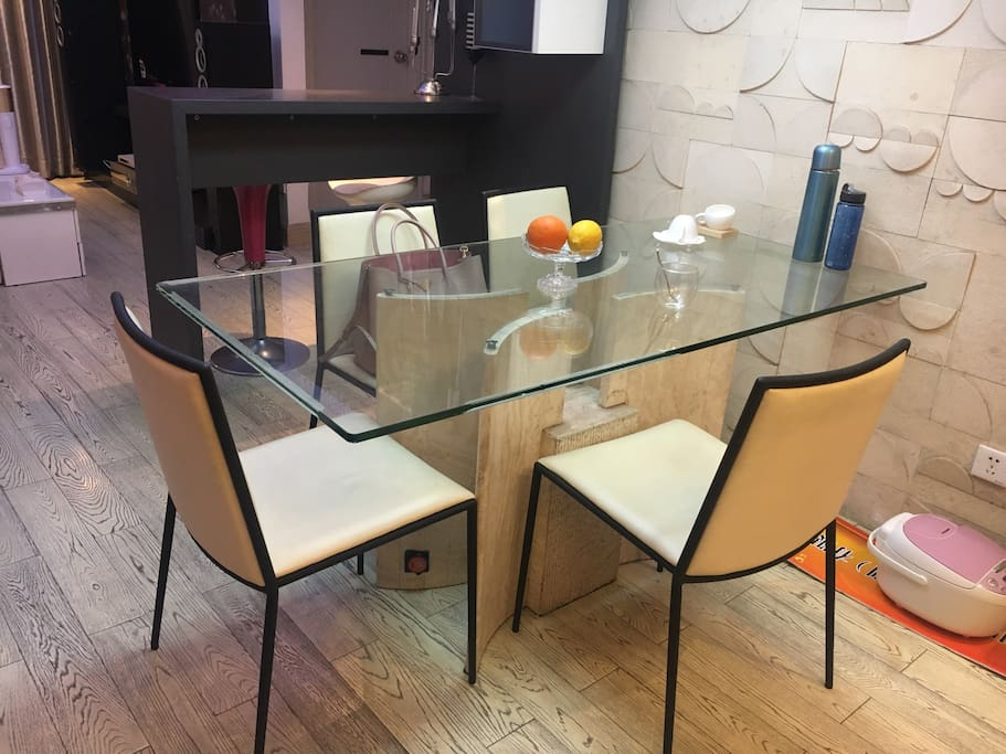 Dinging table, 4-5 ppl can seat around