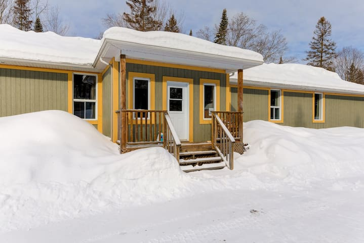 SPACIOUS CHALET - QUEBEC - FOR 43 PEOPLE