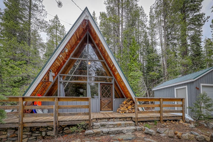 Lovely A-frame cabin w/ wood stove & smart TV - close to town & attractions