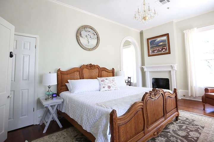Bryn Oaks B & B - Chisholm Trail Room