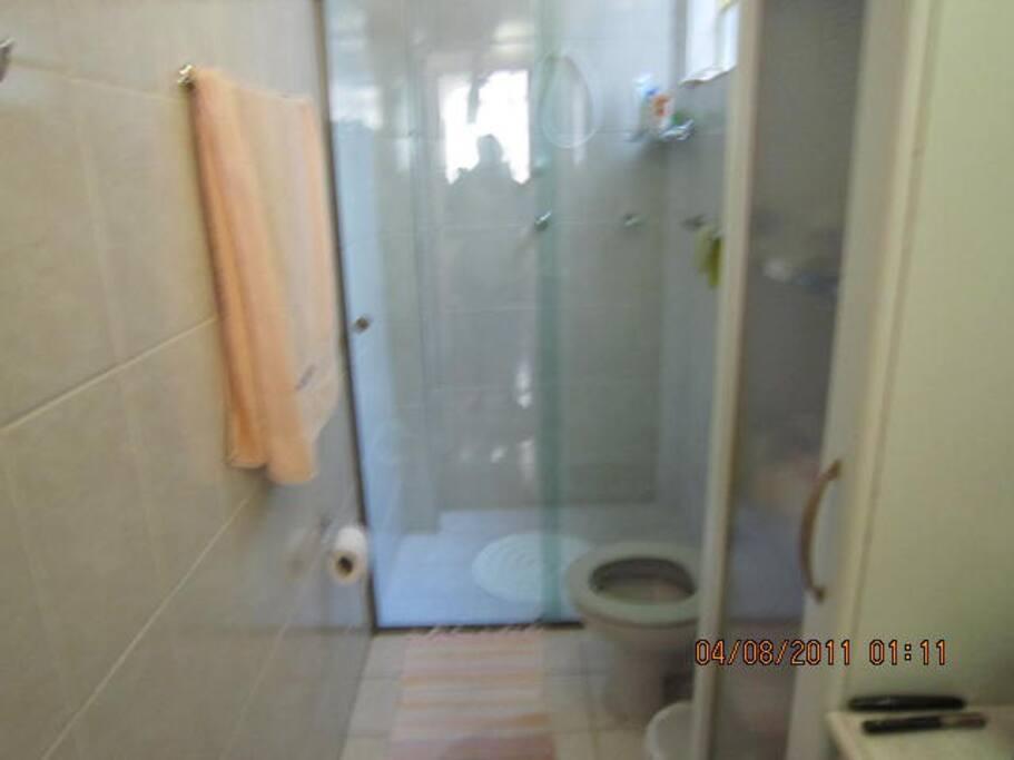 Box blindex do banheiro,com chuveiro elétrico.